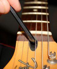 Comment régler le manche de sa guitare en utilisant le truss rod ?