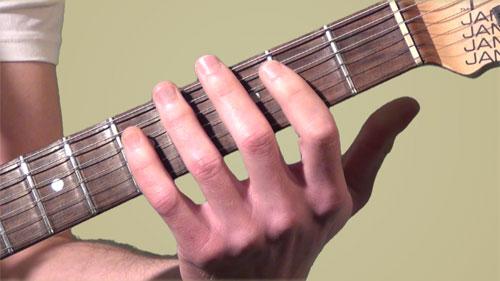 Comment réussir à écarter les doigts de la main gauche ?