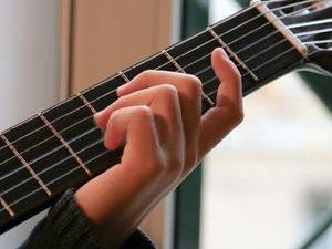 Faut-il regarder ses doigts quand on joue de la guitare ?