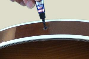Colle superglue pour réparer l'attache-courroie