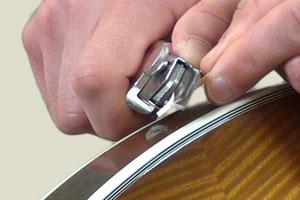 Copeaux de bois pour réparer une attache-courroie sur une guitare